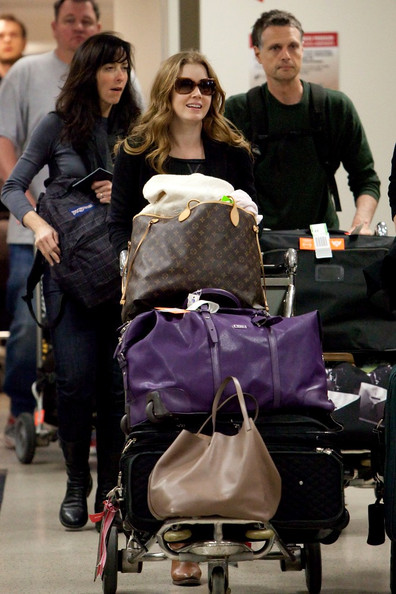 Amy Adams Amy Adams arrives at LAX (Los Angeles International Airport) pushing a smart cart filled to the rim with luggage.
