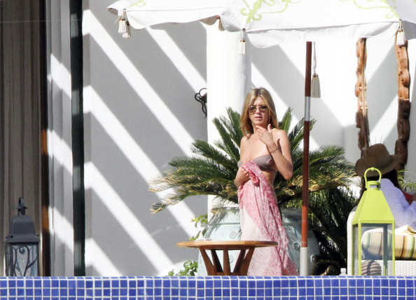 Jennifer Aniston celebrates her 41st birthday early (b. Feb 11 1969) with Courteney Cox, David Arquette, Sheryl Crowe and of course Gerard Butler!.Gerard arrived a couple of days after the other guests .Today Aniston and Butler have a romp in the pool together.