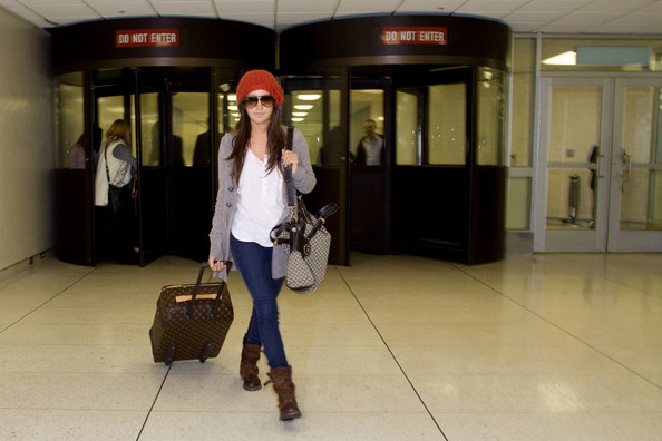 Ashley Tisdale Ashley Tisdale arrives at LAX (Los Angeles International Airport) with her mother, Lisa Tidale, and her dog, Maui, in a carrier.