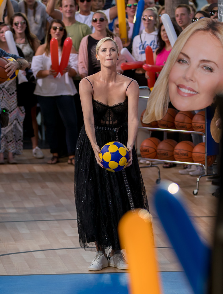 Charlize+Theron+Charlize+Theron+Plays+Basketball+Dtc1AD0BmVex.jpg