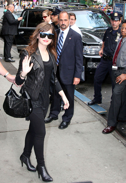 Demi Lovato Outside GMA لاتفوووووووتكم Demi%20Does%20GMA%20VXJkPUKmGNJl