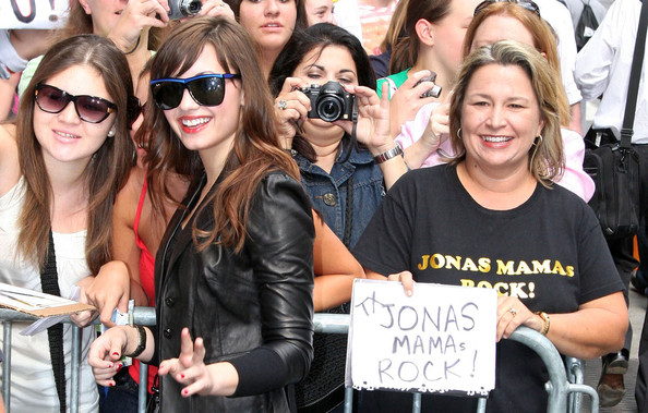 Demi Lovato Outside GMA لاتفوووووووتكم Demi%20Does%20GMA%20am-2H7sbRvPl