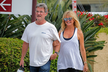 Goldie Hawn Kurt Russell and Goldie Hawn Take a Stroll