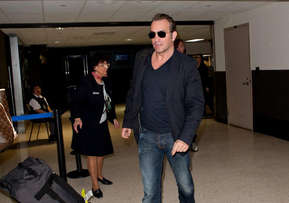 Jean dujardin photos photos jean dujardin at the airport for Dujardin thierry