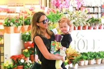 Jessica Alba Jessica Alba Shops at Whole Foods