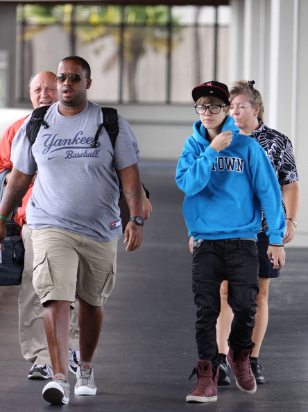 Justin Bieber After spending a few days in Hawaii as part of his 'My World' tour, Justin Bieber prepares to depart from the airport.