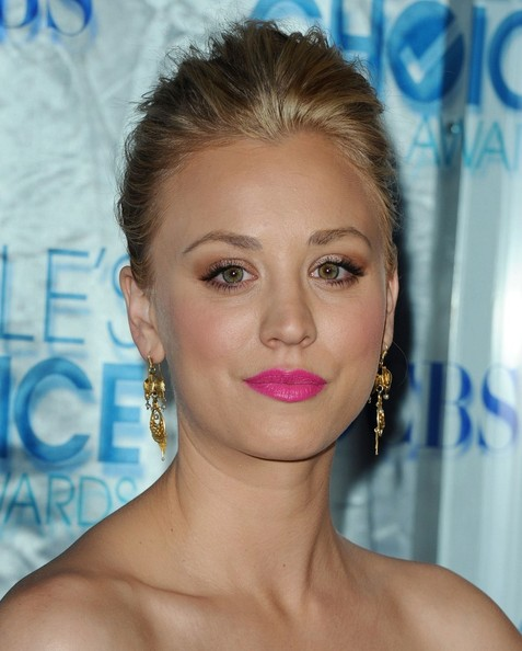 http://www3.pictures.zimbio.com/bg/Kaley+Cuoco+2011+People+Choice+Awards+Arrivals+kE7sk9FqCINl.jpg