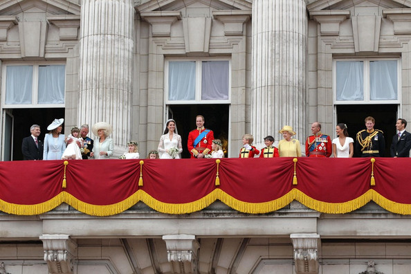 Kate middleton and queen elizabeth ii photos photos for Queen elizabeth balcony