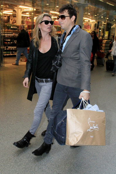 http://www3.pictures.zimbio.com/bg/Kate+Moss+Kate+Moss+Jamie+Hince+King+Cross+7f-l3b5ojBdl.jpg