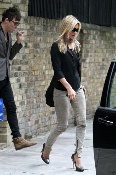****NO GERMANY / SWITZERLAND****.Super model Kate Moss and fiancŽ Jamie Hince are seen leaving her current North West London home, and arriving at their new home, which is currently under renovation.