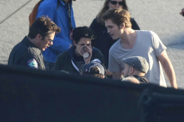 Robert Pattinson, Kristen Stewart and Billy Burke prepare in the early morning with Director David Slade for Forks Police Station scenes for