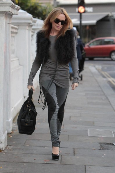 Kylie Minogue looks stylish in two toned jeans as she teps out.