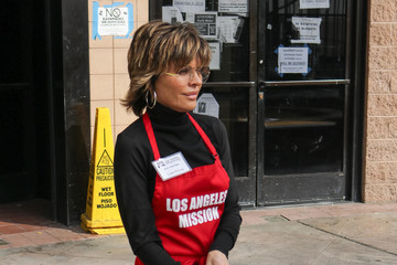 Lisa Rinna Celebrities Volunteer At Los Angeles Mission