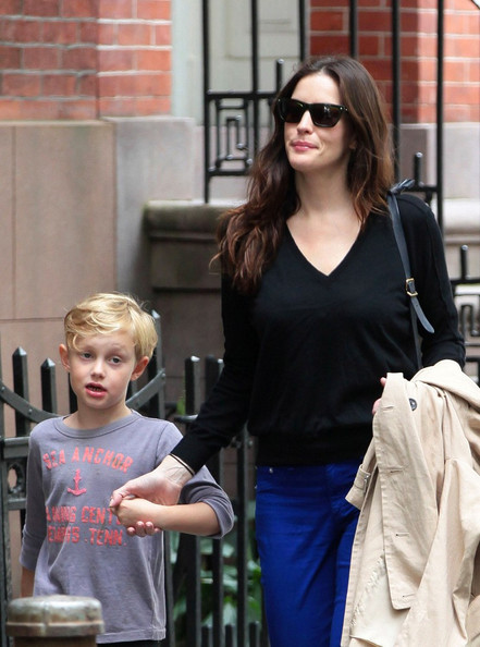 Liv Tyler Liv Tyler and her son, Milo William Langdon (b. December 14, 2004) take a leisurely stroll through the West Village.