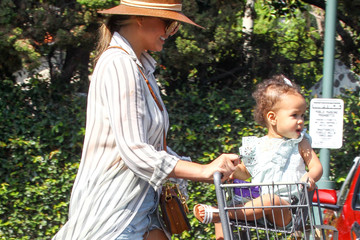 Luna Stephens Chrissy Teigen Spends Time Out With Daughter Luna