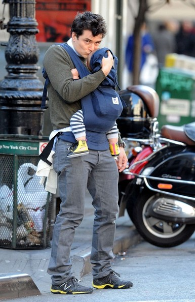 Orlando Bloom Orlando Bloom kisses his son Flynn Christopher Blanchard Copeland Bloom (b. January 6, 2011) on the forehead as he waits for a cab.