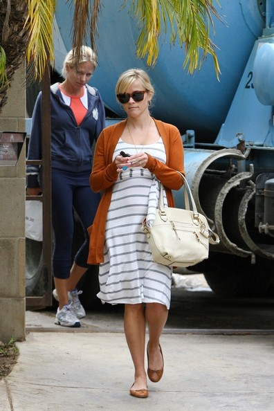 Reese Witherspoon - Reese Witherspoon Checks Out Her New House Site
