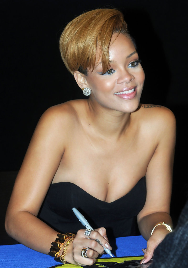 Rihanna At A Best Buy In Union Square Zimbio