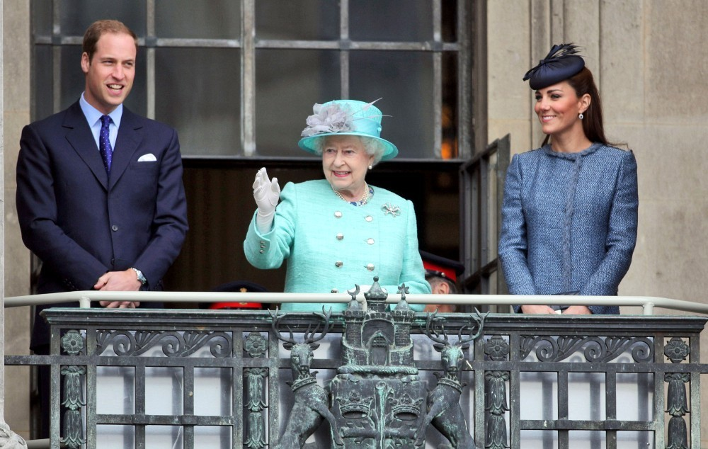 Queen elizabeth ii in the royals wave from their balcony for Queen on balcony