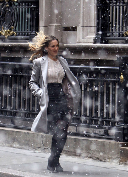 Sarah Jessica Parker films a running scene on the set of 'I Don't Know How She Does It'.