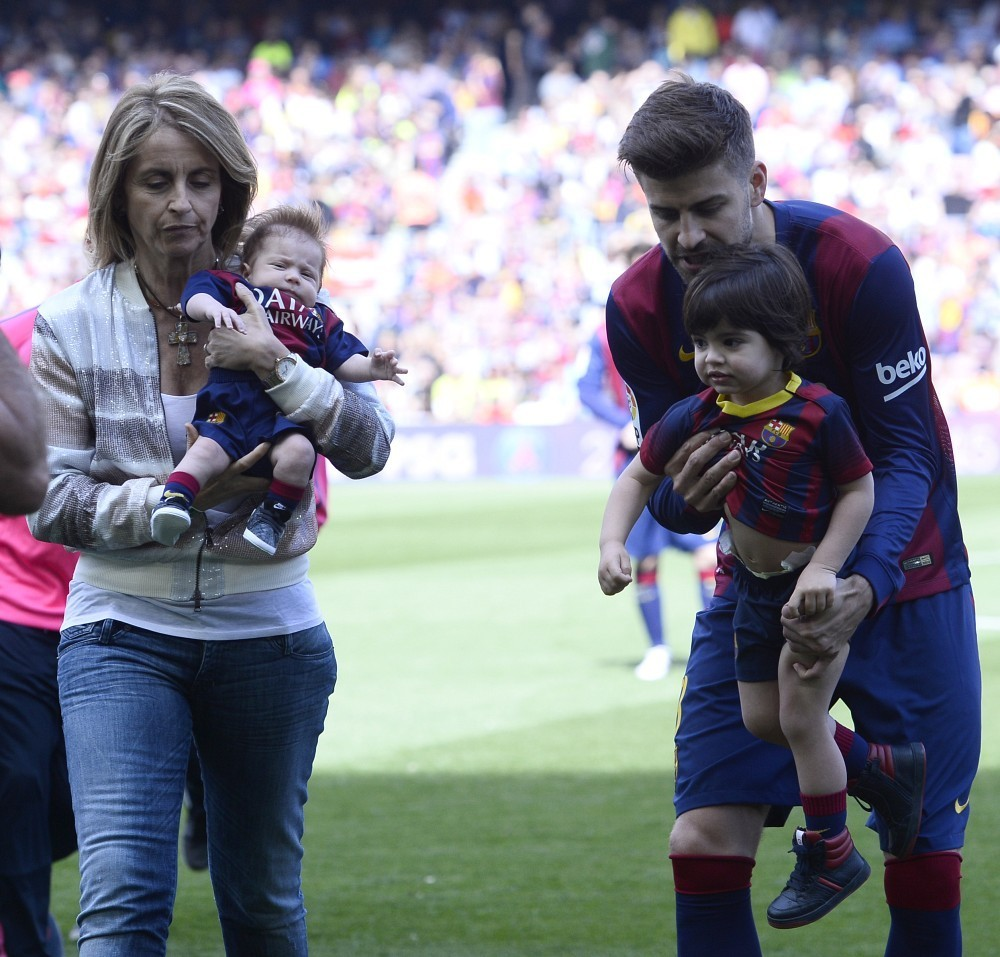 Gerard pique in shakira out with her sons zimbio for H s bains sons