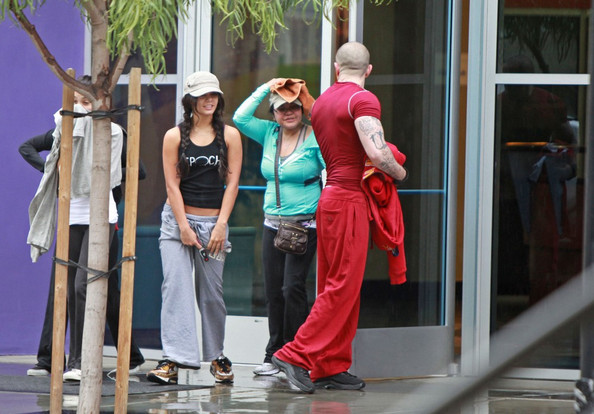 Vanessa Hudgens Vanessa Hudgens leaves a Studio City gym with her mother, Gina, and two friends. Vanessa holds her pants up to keep them dry in the rain.