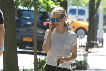 Amanda Seyfried Amanda Seyfried Takes Her Dog For a Walk