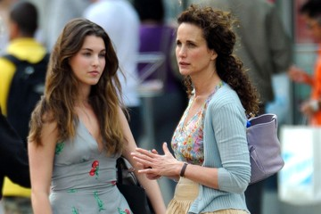Rainey Qualley Andie MacDowell And Daughter Rainey Qualley Go Apartment Hunting