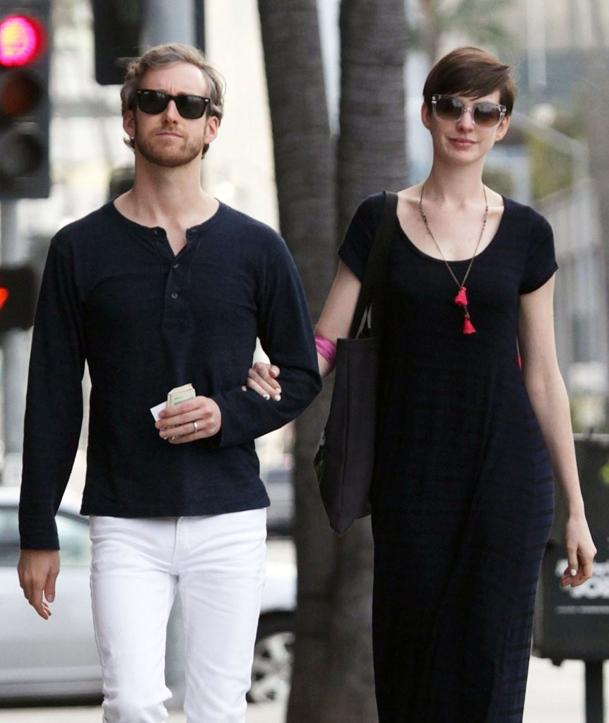 Anne Hathaway Spouse: Anne Hathaway And Adam Shulman Leaving A Doctor's Office