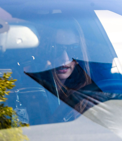 Anne Hathaway Hiding As She Leaves A Gym