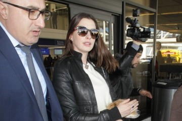 Anne Hathaway Anne Hathaway Arrives on a Flight at LAX