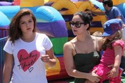 'Modern Family' actress Ariel Winter, her sister Shanelle Workman, and her nieces at the Farmer's Market in Studio City, California on August 4, 2013.