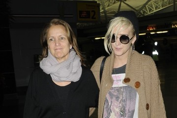 Ashlee Simpson Tina Simpson Ashlee Simpson & Her Mom Touch Down In New York