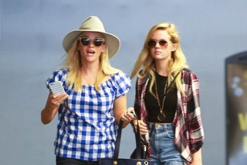 Ava Phillippe Reese Witherspoon Stops by the Mall