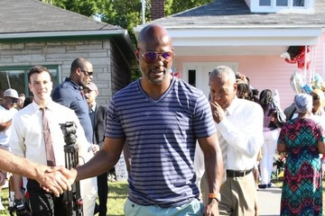 Bernard Hopkins Fans Pay Tribute To Muhammad Ali Outside His Childhood Home
