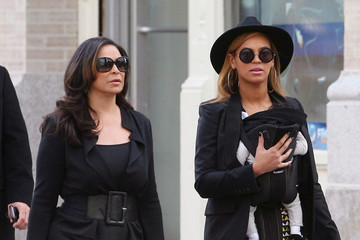 Beyonce Knowles Tina Knowles Beyonce Takes Her Daughter For A Stroll With Grandma Tina
