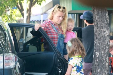 Birdie Silverstein Busy Philipps & Family Go To Breakfast