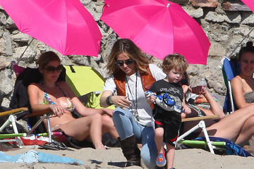 Bob Sheen Brooke Mueller Isn't Exactly Dressed For The Beach