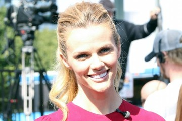 Brooklyn Decker Celebs Drops by 'Extra'