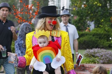 Brooks Stuber Molly Sims Takes Her Children Trick-or-Treating