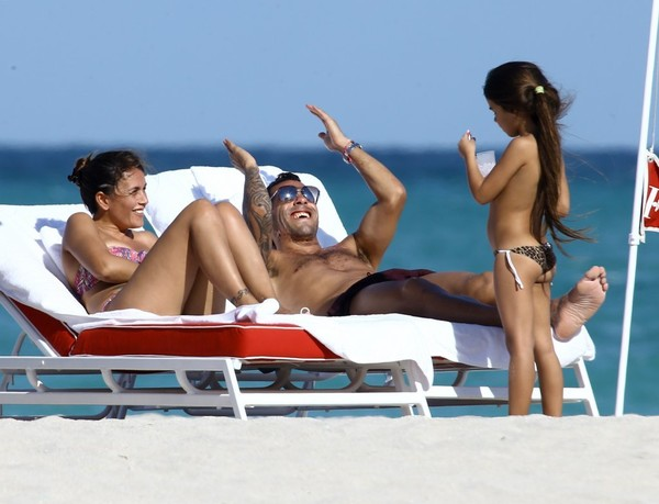 Carlos Tevez and Family Have A Beach Day