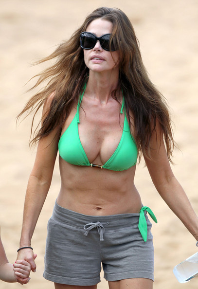 Denise Richards Actress Denise Richards spends New Years Eve on the beach in Hawaii with her two daughters Sam, Lola and her father Irv. Denise was sporting a green bikini with grey shorts.