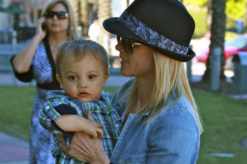 Elin Nordegren Elin Nordegren Goes Shopping With Son Charlie At Millenia Mall In Orlando