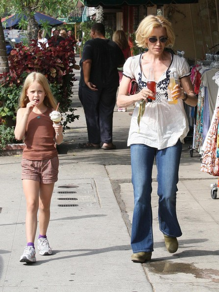http://www3.pictures.zimbio.com/fp/Felicity+Huffman+Daughter+Getting+Ice+Cream+IPICwegAwadl.jpg