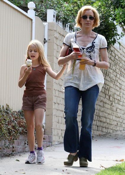 http://www3.pictures.zimbio.com/fp/Felicity+Huffman+Daughter+Getting+Ice+Cream+Vqc9E2oZaL_l.jpg