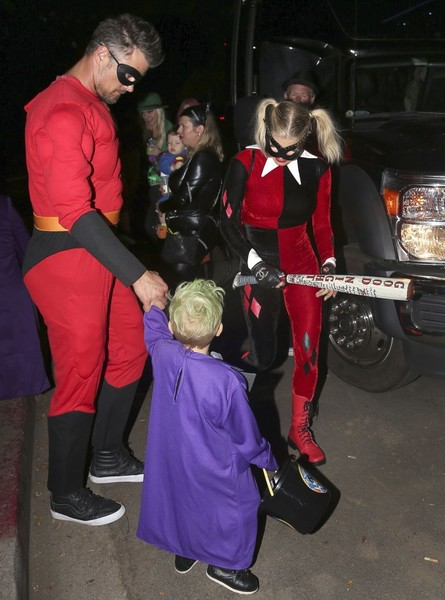 Fergie Trick Or Treating With Family In Brentwood []
