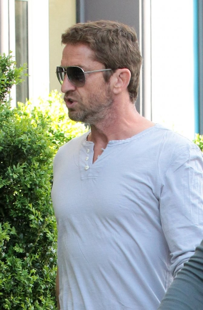 Gerard butler in gerard butler arrives at his nyc hotel for Butlers leipzig