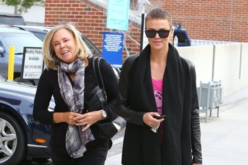 Gerda Theron Charlize Theron And Mom Stop By A Nail Salon