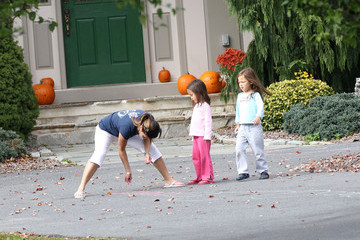 Leah Gosselin Alexis Gosselin Gosselin Children Playing Outside With Their Nanny