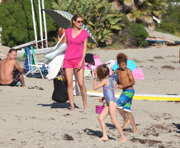 Heidi Klum - Heidi Klum Enjoys A Beach Day With Her Kids